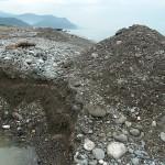 漂着物を埋める大穴 須沢海岸