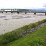 雨で濁った姫川