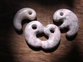 かわり勾玉 桃簾石