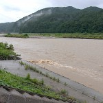 姫川の濁流