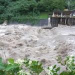 青海川の濁流