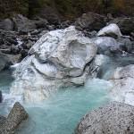 清流に洗われる巨大原石