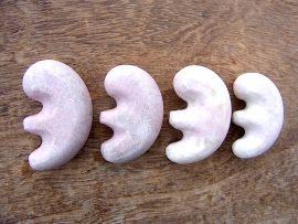 獣型勾玉 桃簾石
