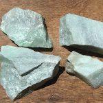 翡翠加工・異形勾玉 288-1 原石打ち割り