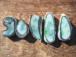 異形勾玉と垂飾 緑斑