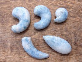 勾玉 垂飾 入りコン沢の青翡翠