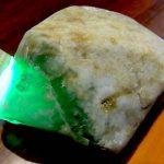 上質翡翠の透過光 原石館