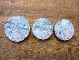 円形勾玉 桃簾石