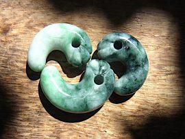 丁子頭勾玉 圧砕薄緑翡翠