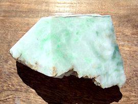 翡翠原石 薄緑色