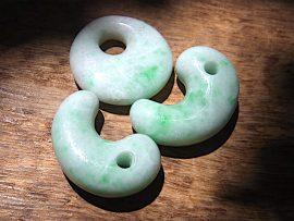 勾玉 垂飾 上質薄緑翡翠