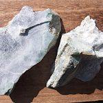 翡翠加工・勾玉と垂飾 483-1 原石切断と打ち割り