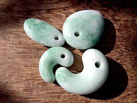 勾玉 垂飾 圧砕緑翡翠